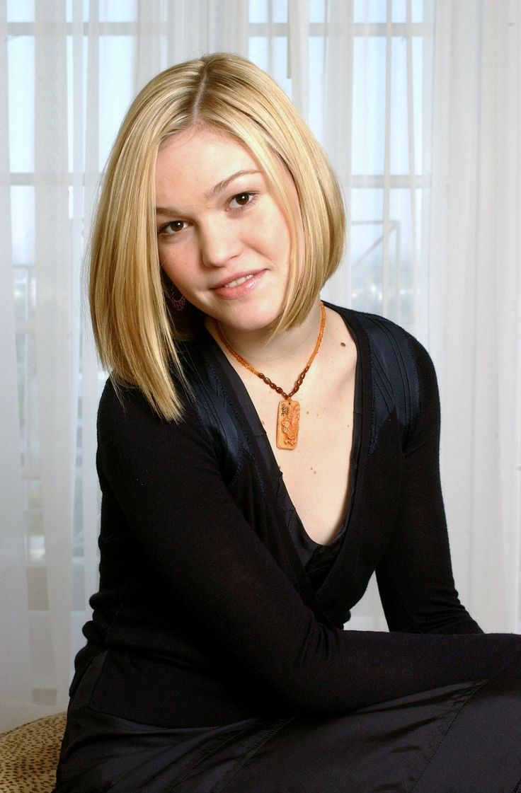 Short and Straight | 17 Ways Julia Stiles Hairstyles Prove We Can Slay Any Hairdo | Hairstyle Ideas by Makeup Tutorials at http://makeuptutorials.com/17-ways-julia-stiles-hairstyles-prove-we-can-slay-any-hairdo/