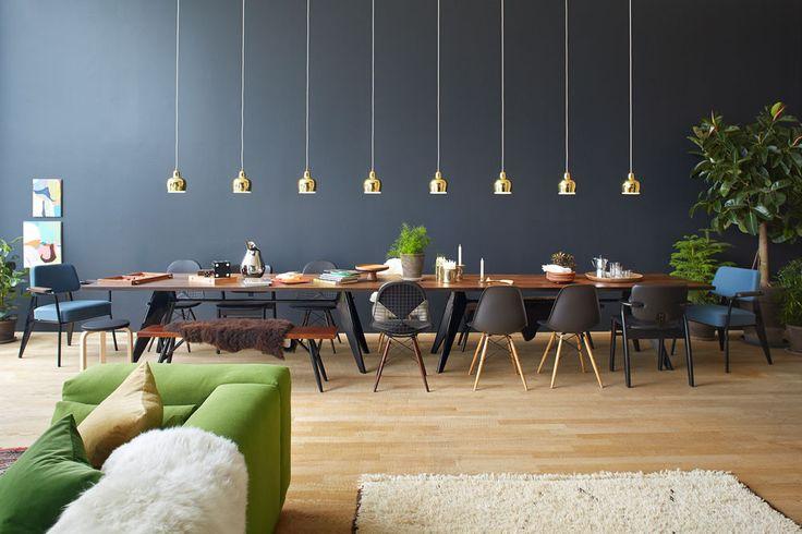 Aus dem Lift heraus gelangen die Besucher zunächst in den einladenden Lounge- und Essbereich von Harri und Astrid. Zwei nebeneinander gestellte EM Tables und ein Place Sofa – dessen grüne Farbe vor der dunklen Tapete besonders kräftig leuchtet – bieten grosszügige Sitzgelegenheiten für grössere Gesellschaften.