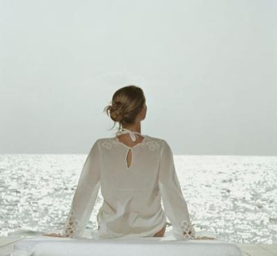 El arte de la relajación http://almayogavida.com/el-arte-de-la-relajacion/  Qué obtenemos de la práctica de la relajación consciente?  Antonio Blay hablaba de la relajación general consciente. Subrayando el elemento consciente como algo determinante. Sin la consciencia, en estado de vigilia, no hay relajación. Algo que me parece muy certero.  También es cierto que cuando uno se desmaya el cuerpo cae relajadamente al suelo. Está relajado.  Es una de las manifestaciones de nuestra naturaleza…