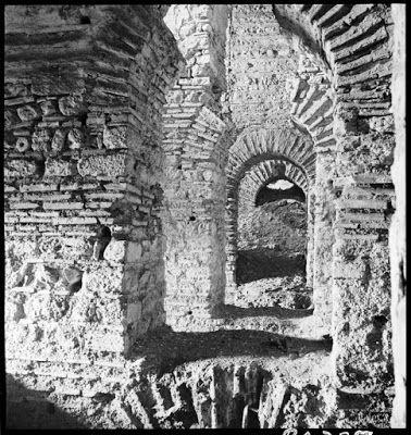 Η Βυζαντινή Κωνσταντινούπολη του Nicholas Victor Artamonoff, 1930-1947 Φυλακές του Ανεμά, Μάρτιος 1937. Αυτή η φωτογραφία είναι ένα ακόμη παράδειγμα του ενθουσιασμού του Artamonoff με τη διαδοχή των μνημειακών αρχιτεκτονικών στοιχείων. Συχνά φωτογράφιζε καμάρες, κολώνες, και πύργους να εξαφανίζονται στον ορίζοντα. ©Nicholas V. Artamonoff Collection, Image Collections and Fieldwork Archives, Dumbarton Oaks.