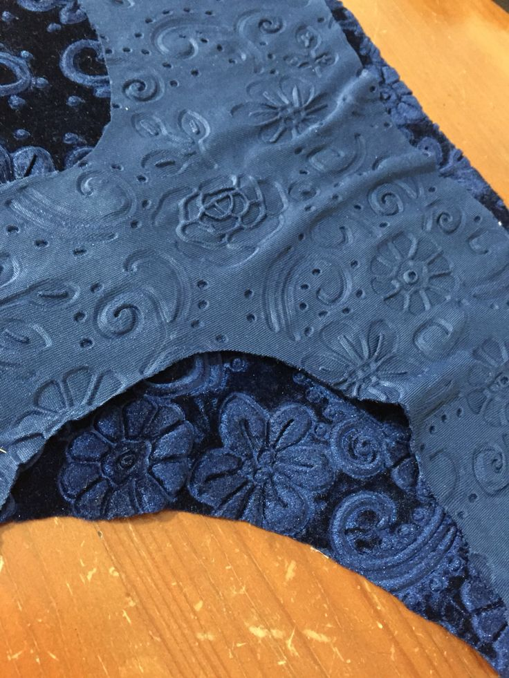 New starts , new materials... Let's see what happens with this lovely velvet fabric!!
