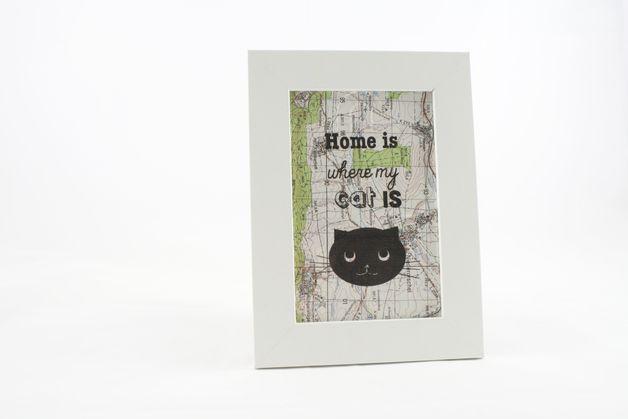 """Das Motiv """"Home is where my cat is*  Eine Liebeserklärung an unsere treuen Fellnasen.  Zaubert ein Lächeln aufs Gesicht und macht gute Laune!  *JETZT NEU! Inklusive weissem Rahmen!* das perfekte..."""