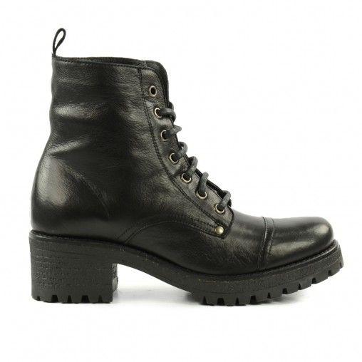 Boots 100€  https://www.sachaschuhe.de/shop/damenschuhe/schnuerstiefeletten/schnurboots-mit-blockabsatz-schwarz/3x5361/
