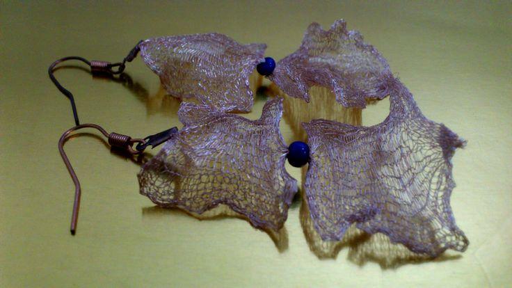 Descripción: Aros tejidos a crochet con hilo de cobre con lapislazuli Valor: $15.000 Alameda 1621 local 3 metro los héroes Whatsaap +56979052293