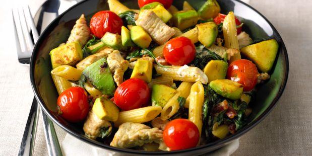 Een recept voor heerlijke, romige pasta met kipfilet, spekjes, gesmoorde spinazie en avocado.
