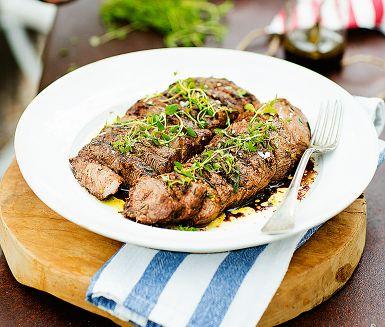 Lammkött är oftast mört och smakrikt med en lätt örtig ton. Här tillagas lamminnerfilé till perfektion och serveras med en syrlig balsamvinägrett med rosmarin och citron. Lätt att göra till många och att förbereda till festbuffén.