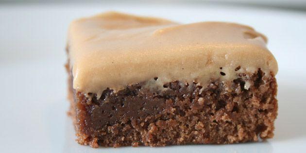 Helt fantastisk intens chokoladekage med en silkeblød Dumle karameltopping. (Recipe in Danish)
