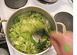 Ein seltener Fall von »Vegetarisch aber trotzdem schmeckts allen.« Prima im Herbst, mit vielen Essern und dazu noch leicht zu kochen und vorbereitbar. 1 Schrumpfkopf Wirsing 4 Kartoffeln 3 Mohrrüben 1 Zwiebel 2 Zehen Knoblauch 1 Stück Sellerieknolle Petersilie Salz Peffer Gewürzsäckchen mit 2 Lorbeerblätter Piment Wacholderbeere Nelke Chilischote, getrocknet Instantbrühe evtl. Pürierstab Man nehme …