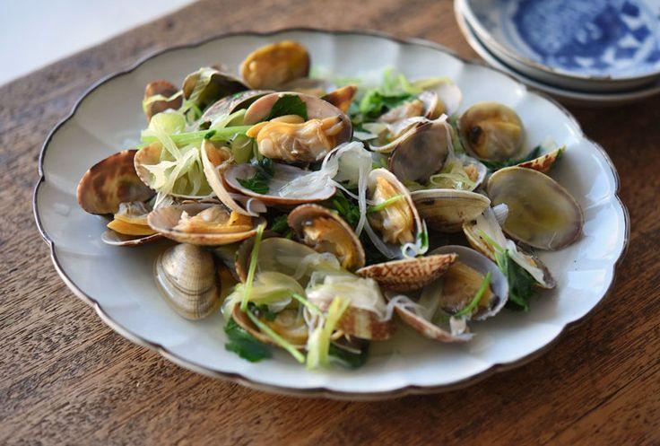いちばん丁寧な和食レシピサイト、白ごはん.comの『あさりの酒蒸しの作り方』を紹介するレシピページです。数ある魚介料理の中でもあさりの酒蒸しがいちばん簡単で美味しいと思います。あさりだけではなく、野菜も一緒に酒蒸しにすることでボリュームも出てくれるのでおすすめです!