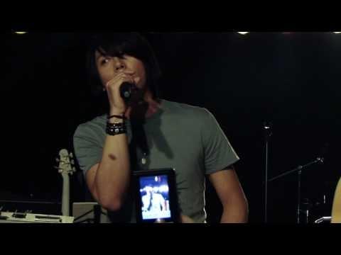 "Park Hyo Shin singing a crowd favorite - Jason Mraz's ""I'm Yours."""