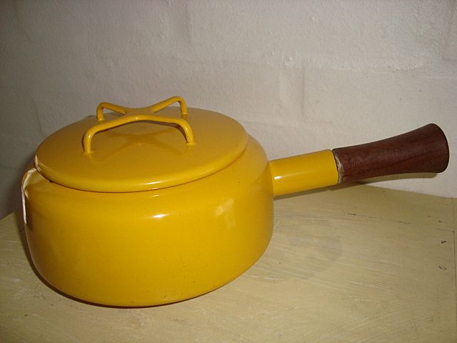 FROM: www.TRENDYenser.com Jens Harald Quistgaard (IHQ) enamel fondue pot - DANSK DESIGNS - 1950s. #Quistgaard #IHQ #fondue #pot #enamel #Dansk #Designs #Danish #fonduegryde #emalje