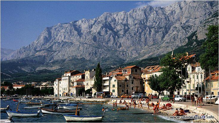 Miasteczko Makarska malowniczo usytuowane u podnóża pasma górskiego Biokovo w środkowej części Dalmacji. #makarska #dalmacja #chorwacja