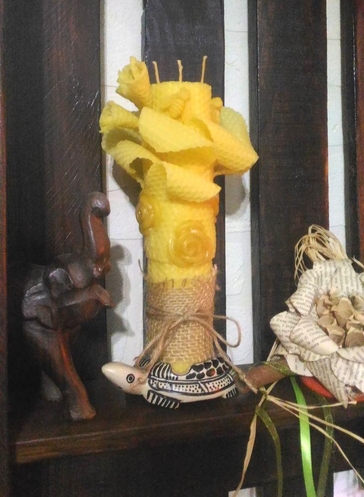 Candela lavorata a mano in cera d'api.