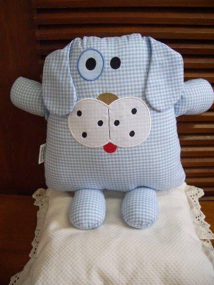Naninha-cachorro confeccionado em algodão, que pode ser pendurado na parede ou porta, ou em algum móvel, ou ainda usado como almofada ou travesseirinho na cama ou berço da criança.