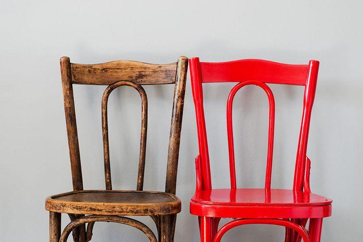 Målade möbler  Hur får man bort färg från gamla stolar och möbler? Här hittar du förklarande fotografier och steg för steg beskrivning om hur du tar bort gammal färg.