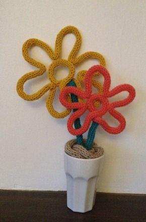 Un petit air de printemps dans votre maison avec ces deux fleurs réalisées au tricotin. Vendue à l'unité ou par 2, ou par 3 ou 4 si vous le souhaitez. Vous n'avez qu'à choisi - 13567915