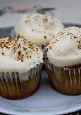 Cupcakes Pisco Sour con glasé de pisco y frosting de limón