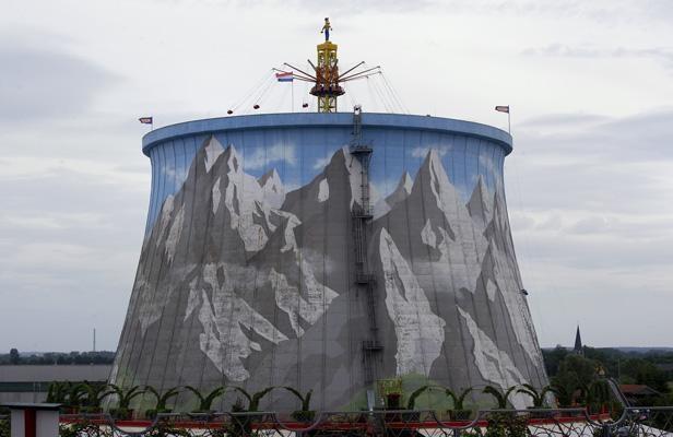 Un manège installé sur une ancienne tour de refroidissement de la centrale nucléaire de Kalkar, en Allemagne, reconvertie en parc d'attractions.
