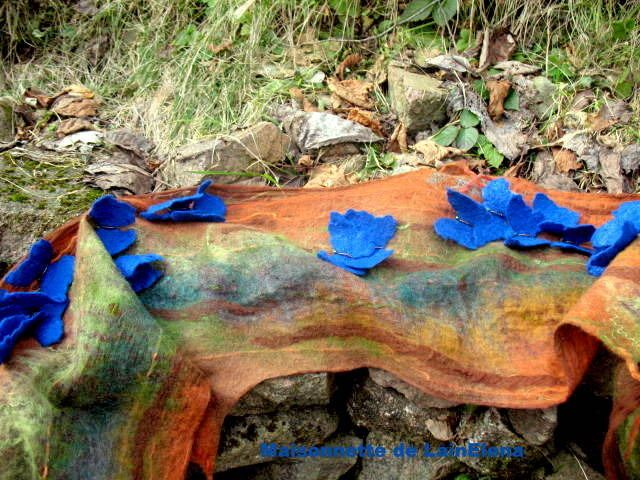 Echarpe feutrée en laine mérinos australienne et soie. : Echarpe, foulard, cravate par maisonnette-de-lainelena