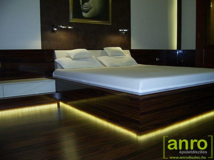 Méterenként 120 darab LED fénye csillan meg a padlón.   Különleges és modern vonalvezetésű rejtett világítás egy hálószobában.