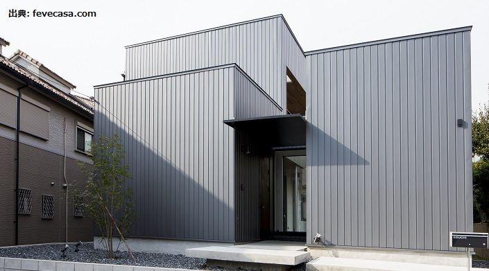 外壁・屋根材の中でも人気のガルバリウム鋼板は、金属ならではの光沢がモダンな印象を作ることから、新築・リフォームともに選ばれています。  そんなガルバリウム鋼板で外観を仕上げるメリットについて、デメリット面やメンテナンスの注意点などと併せて解説します。  ガルバリウム鋼板の外観デザインの