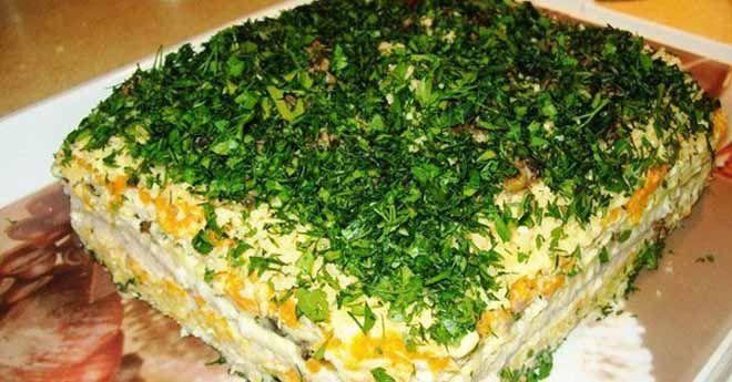 Селедочный торт Корж (вафельный, 6-7 штук, ок. 100 г) — 1 пач. Сельдь (соленая, филе, ок. 200 г) — 1 шт Шампиньоны — 300 г Лук репчатый (две шт.) — 200 г Морковь — 300 г Майонез (желательно домашний) — 200 г Сыр твердый (любой, но можно еще добавить 30 г пармезана) — 100 г Зелень (любая любимая) — 1 пуч.
