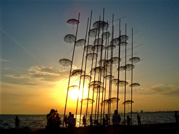 Ηλιοβασίλεμα στις ομπρέλες της πολιτιστικής πρωτεύουσας