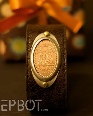 Pressed penny leather bracelet -- pressed pennies make cheap souvenirs, and now you can wear them!