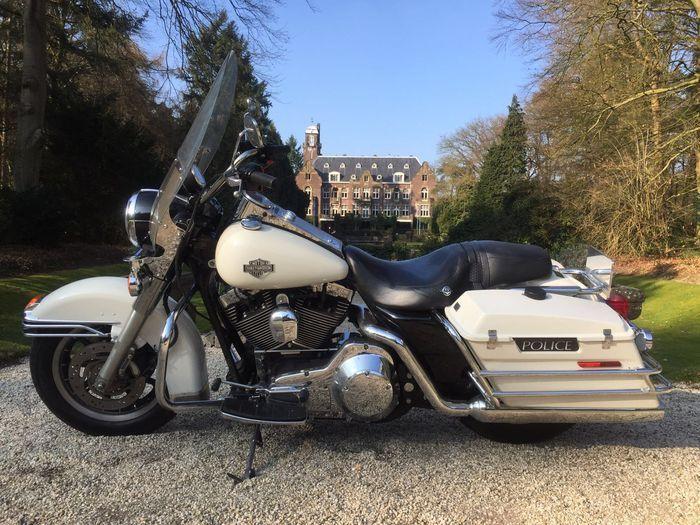 Harley-Davidson - FLHPI - 1550 cc Road King - 2005  Harley-Davidson FLHPI Road King.Bouwjaar 2005.Originele politie motor.Met Nederlands kenteken.In goede staat. Hij heeft zichtbare gebruiksporen.mijlen stand: circa 50.000 Miles ( kan iets afwijken aangezien er nog mee gereden wordt ) Kleur wit.VIN:1HD1FHW145Y679344.  Goed onderhouden.Met een 1550cc OHV Twin Cam 95 CI.   Banden: nog Goed.  Transmission:5 speed.  Remmen: Anti-Lock Braking System.( moet nagekeken worden  maar werkt vaak wel )…