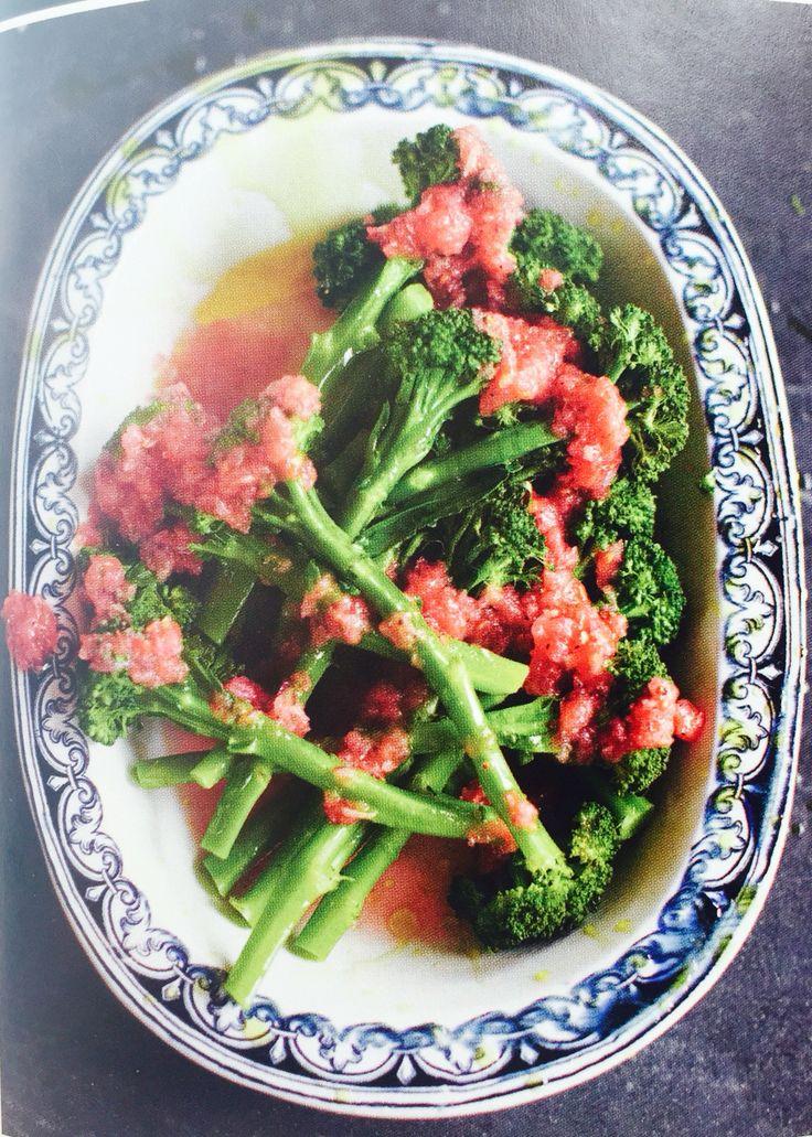 Брокколи в соусе из свежих томатов с луком