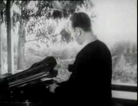"Rare footage of Heifetz at the height of his career. This is the introduction to the ""Heifetz & Piatigorsky"" DVD produced by KULTUR.   https://www.youtube.com/watch?v=DOGNwxSb6Zs&index=12&list=RDMag2mc5Vva0"