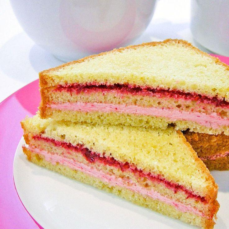 Serveer bij je high tea sandwiches van dunne plakjes cake, gevuld met frambozencrème en een frambozenvulling met bosaardbeitjeslikeur.