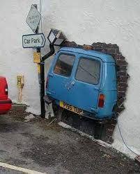 Voiture passe-muraille ! / Street art.