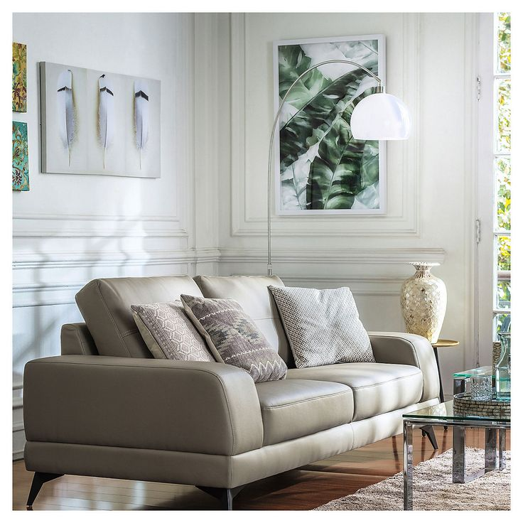 Los rincones verdes son tendencia en muchas partes del mundo. Inspírate, diseña y sorpréndete en homy.cl Couch, Furniture, Home Decor, World, House Decorations, Tropical Leaves, Tips And Tricks, Fingernail Designs, Green