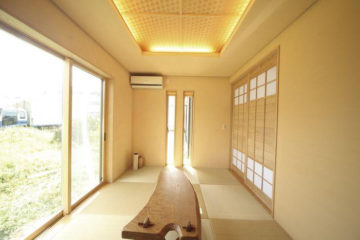 来客が多いため、6帖の和室を設けた。網代の折り上げ天井に間接照明の柔らかな光が灯る。建具にも木を使用。