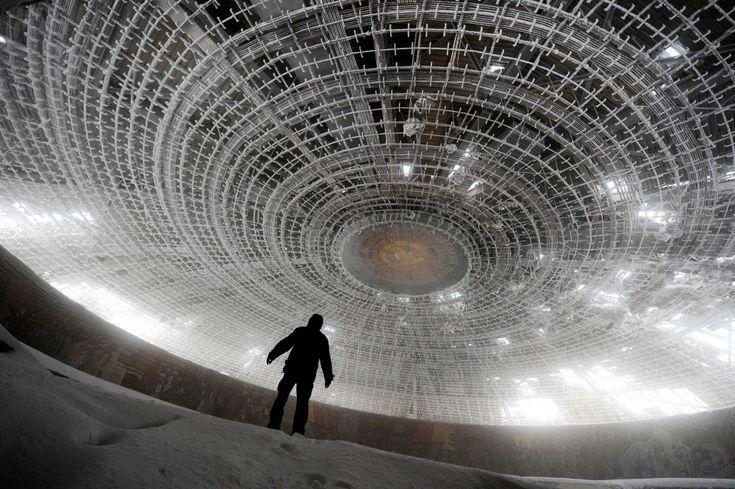 Бузлуджа — это крупнейший дом-памятник коммунизму в Болгарии, стоящий на одноименной вершине Балканских гор. Здание в форме летающей тарелки строилось 7 лет. В масштабных работах приняли участие более 6 тысяч рабочих и 20 ведущих болгарских художников. На сегодняшний день дом-памятник БКП полностью разграблен.