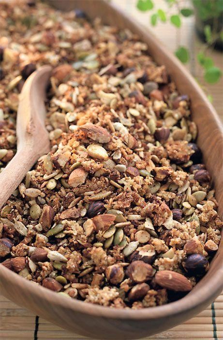 Opskrift på sund, hjemmelavet mysli med boghvede, hørfrø, blandede nødder og honning.