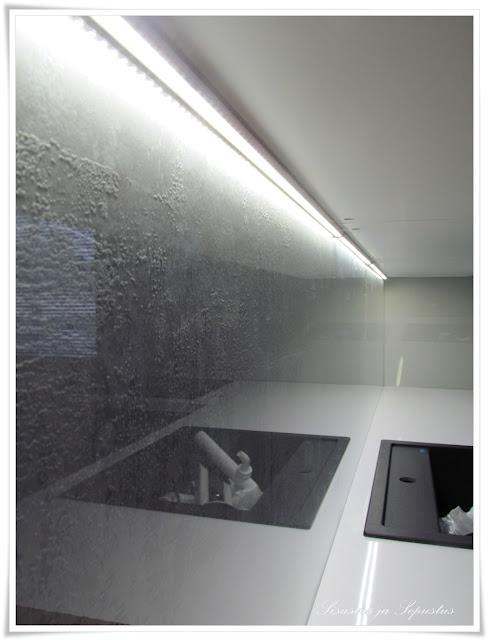 Voimakas struktuuri kirkkaan lasin alla, väliin vielä valaistus. Olisi mahtava kylpyhuoneen efektielementti.