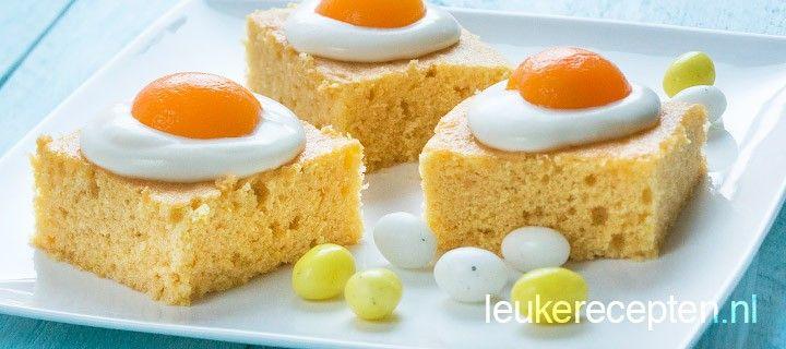 Leuke citroen paascakejes met een topping van room met abrikoosjes in de vorm van een spiegelei