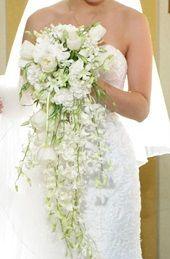 Ramo de novia clásico en cascada con orquídeas, tulipanes y lisianthus. Frida&Kahla Wedding Ideas www.floresvintage.com