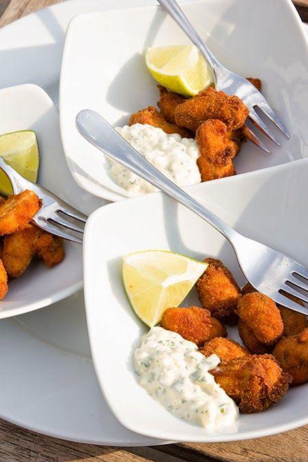 Dit heerlijke hapje maken! Haal de mosseltjes uit hun schelp, kruid met peper en zout en klop een eitje los. Haal de mosseltjes door bloem, vervolgens het losgeklopt eitje en paneermeel of panko. Bak goudbruin inde frituurpot op180°C.Laat even uitlekken op keukenpapier. Serveer met remouladesaus. Lees ook Aperitiefhapje: visballetjes