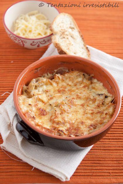 Tentazioni irresistibili: soupe à l'onion ... la zuppa di cipolle alla francese - Il brodo di verdure va benissimo, non vedo il motivo del brodo di carne.