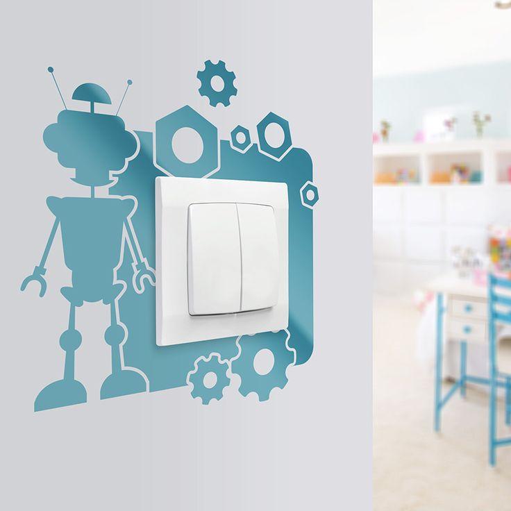 Naklejka na ściany z motywem robota. Ciekawy pomysł na aranżację pokoju dziecięcego oraz na zabrudzenia powstające w okolicy gniazdek i włączników światła.