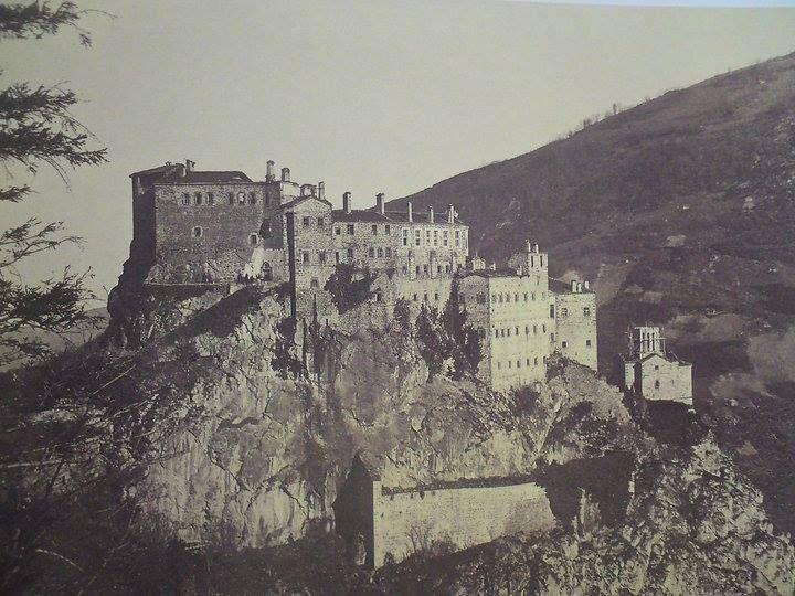 Trabzon Kustul Köyü'nde Kuştul Manastırının 752 tarihinde yapılmaya başlandığı kayıtlıdır.