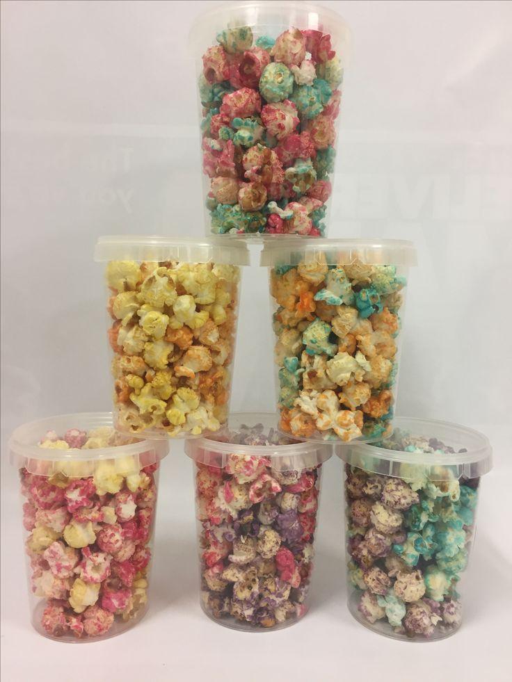 Gekleurde popcorn in een klein emmertje