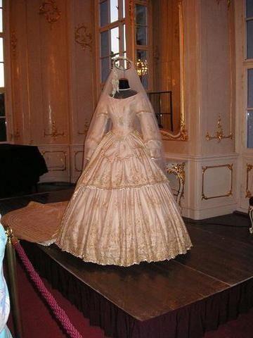 Empress Elisabeth's wedding dress (location unknown to gogm) From alzbeta-sissi.blog.cz:1011