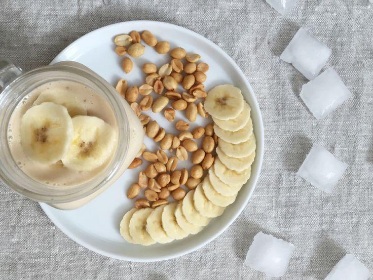 1 portion 180 g banan (ca. 2 stk.) 40 g peanutbutter (gerne økologisk) 1,5 dl koldt vand Evt. 4 isterninger