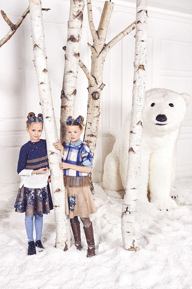 Модный бренд Monnalisa представил новую коллекцию Jakioo. Роскошные наряды предназначены для озорных девчонок и уверенных в себе девочек подростков. В новой коллекции представлены рваные джинсы с блестящими заклепками, кофты с замшевой бахромой, юбки, свитера и пуховики в приятном синец цвете. Для м