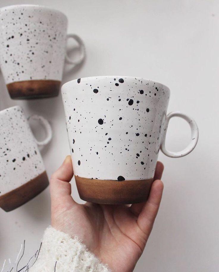 Große gesprenkelte Keramik-Tasse für Tee oder Kaffee.