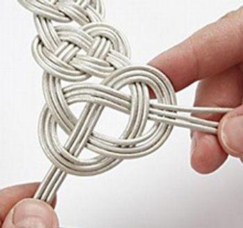 Esta original pulsera está realizada con cordón de cuero y cierre de plata.